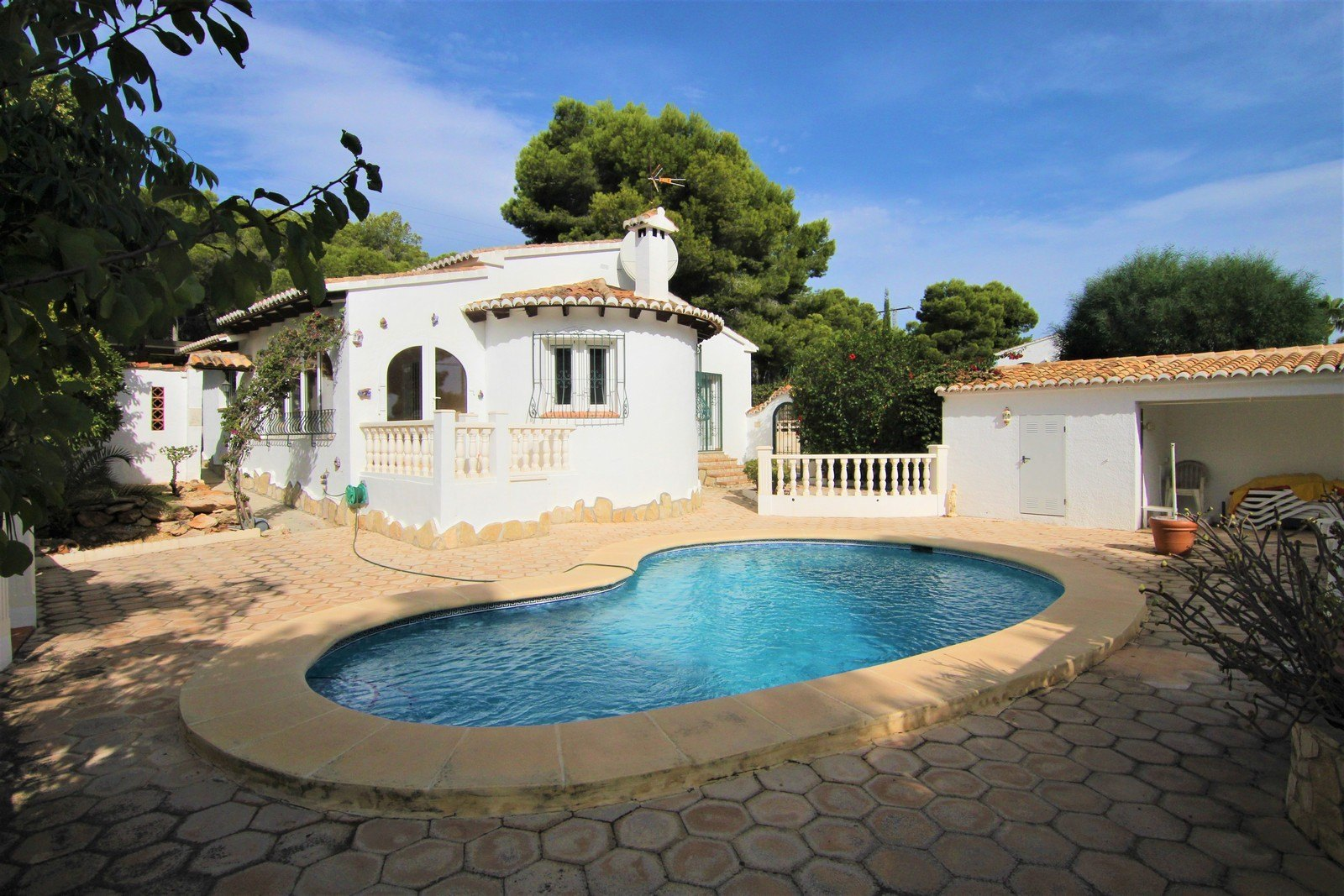 Villa with heated pool and flat plot near the village.